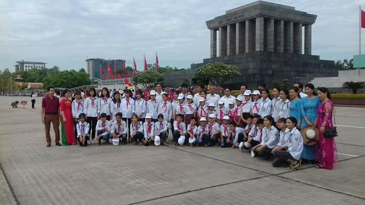 Hình ảnh thầy trò trường tiểu học Nam Hùng về báo công dâng Bác hè 2018