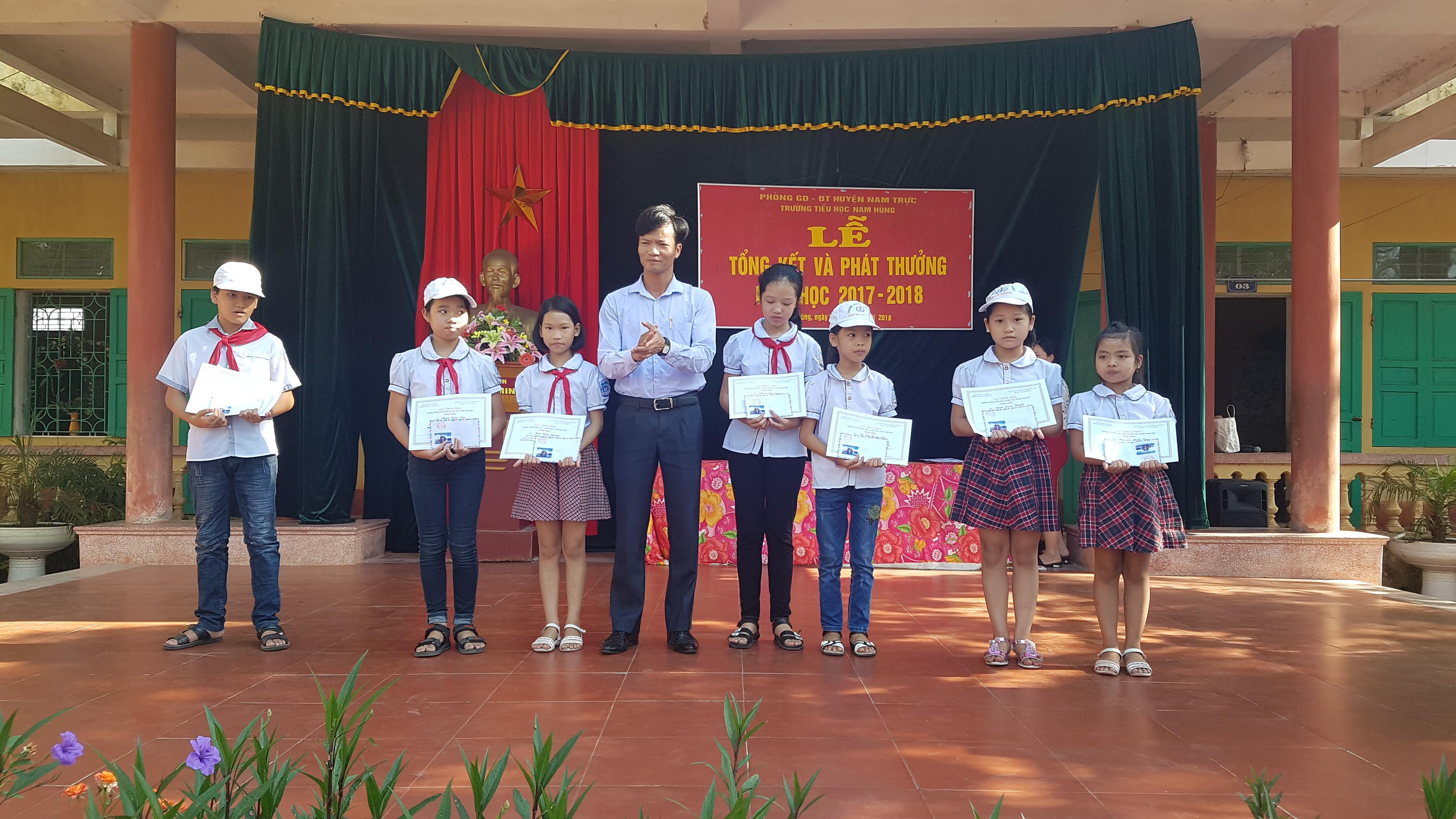 Hính ảnhTrường tiểu học Nam Hùng tổ chức tổng kết và phát thưởng năm học 2017-2018