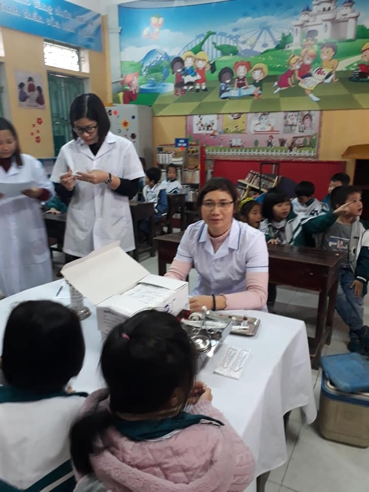Trường tiểu học Nam Hùng tổ chức tiêm phòng cho học sinh