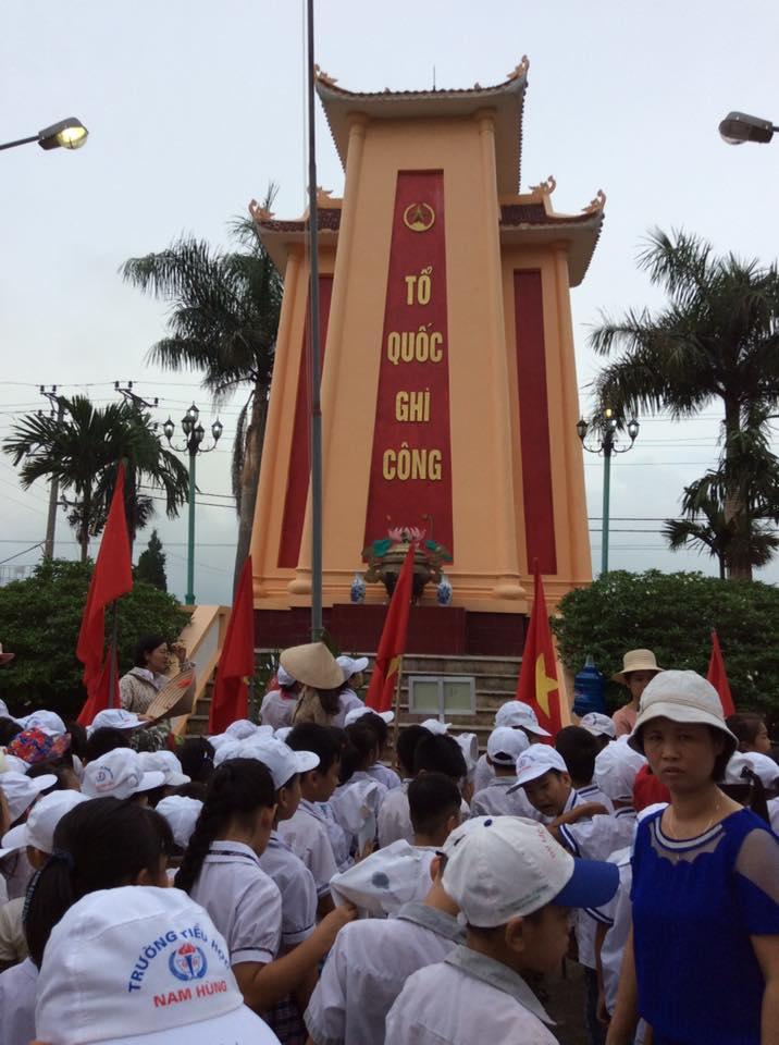 Trường tiểu học Nam Hùng tổ chức cho các thầy cô và học sinh dâng hương viếng nghĩa trang liệt sĩ nhân ngày 27/7